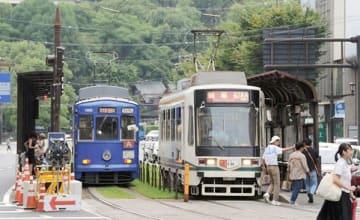 乗客数が8年連続1千万人を超えた市電。2018年度の交通事業会計の経常利益は3億円になった=熊本市中央区