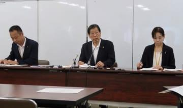 関係機関の連携、情報共有化の重要性を説く津崎部会長(中央)=4日、大阪市役所