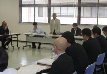 関係者会議で「国内旅行客の誘致を含め、できることから始めていきたい」と述べる比田勝市長(写真奥中央)=対馬市役所