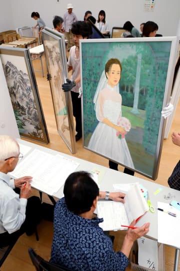次々と運び込まれる県展の応募作品=長崎市、県美術館