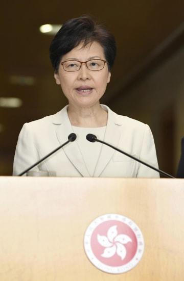 記者会見する香港政府トップの林鄭月娥行政長官=5日、香港(共同)