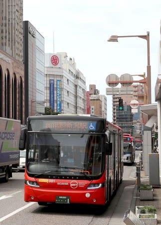 古町地区を走るBRTの連節バス=4日、新潟市中央区