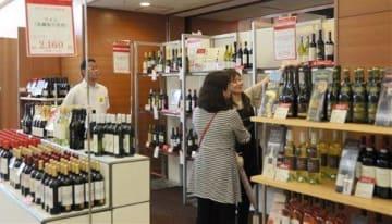 鶴屋百貨店で始まった「増税前のお買得市」。10月の消費税率引き上げ前に需要を喚起しようと、ワインなどを特売している=4日、熊本市中央区