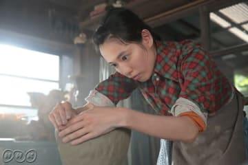 2019年度後期のNHKの連続テレビ小説「スカーレット」の第1話の場面写真=NHK提供