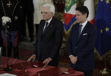 5日、イタリア・ローマの大統領府で開かれた宣誓式に出席したマッタレッラ大統領(左)とコンテ首相(AP=共同)