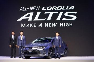 Michinobu Sugata (R), president of Toyota Motor Thailand Co., and TMT Executive Vice President Vudhigorn Suriyachantananont (C) announce the launch of the first hybrid model of the bestselling sedan Corolla Altis in Bangkok on Sept. 3, 2019. (NNA/Kyo