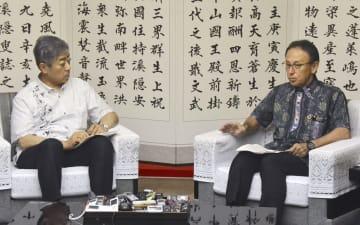 沖縄県庁で玉城デニー知事(右)と会談する岩屋防衛相=5日午後