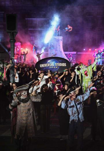 USJのハロウィーンイベント「ゾンビ・デ・ダンス」を楽しむ招待客ら=5日夕、大阪市