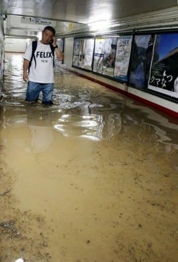 雨水で漬かったJR新見駅の地下通路=3日午後7時44分