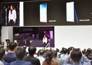 国際家電見本市「IFA」で韓国・サムスン電子が開いたスマートフォンなど新製品の発表会=5日、ベルリン(共同)