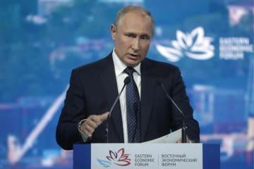 5日、東方経済フォーラムで語るロシアのプーチン大統領=ウラジオストク(タス=共同)