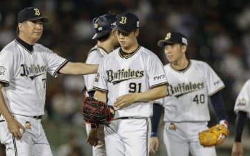 4回、2者連続の押し出し四球を与え、降板するオリックス・岩本(91)=ほっともっと神戸