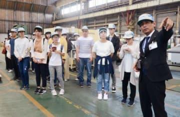 工場内を見学する学生=鹿児島市の南光