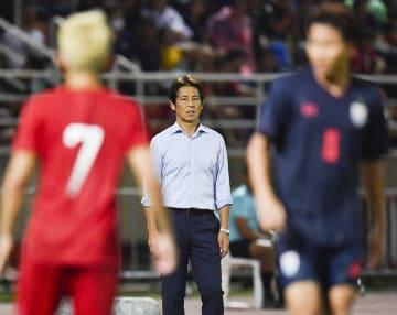 サッカーW杯アジア2次予選のベトナム戦で試合を見守る、タイ代表を率いる西野朗・前日本代表監督=バンコク近郊(AP=共同)