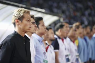 香港との試合を見守る、カンボジアで実質的な監督を務めるサッカー元日本代表の本田圭佑(左端)=香港(AP=共同)