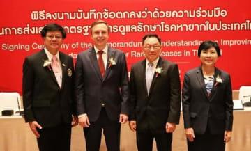 タイの7つの機関・団体と希少疾患の調査・研究や診断、治療の改善に向けた協力に関する覚書を交わした武田タイランドのシュトライブル社長(左から2人目)=5日、タイ・バンコク(NNA撮影)