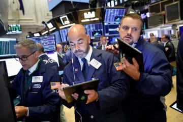 ニューヨーク証券取引所のトレーダーたち=5日(ロイター=共同)