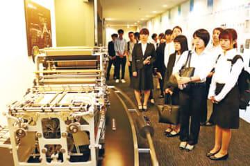 新聞印刷の歴史に理解を深める大学生=北日本新聞越中座
