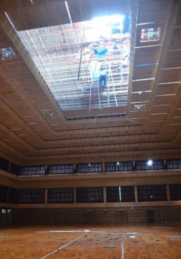 屋根の一部がはがれ崩れ落ちた宮古島市総合体育館=5日午後2時45分ごろ、宮古島市平良東仲宗根