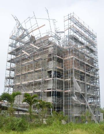 暴風にあおられ、足場の一部が崩れた建設現場=5日午後2時20分ごろ、宮古島市平良久貝