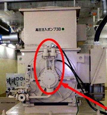 四国電力伊方原発3号機の高圧注入ポンプで白煙状のものが発生した箇所(赤丸内が軸受け部)=5日午後、伊方町九町(四電提供)