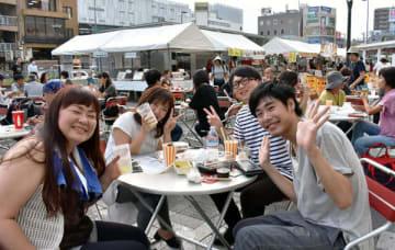 開放感あふれる駅前広場でビールを飲む来場者ら=5日午後、さいたま市浦和区