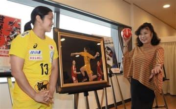 ハンドボールを題材にした絵画「躍動」を寄贈した八代亜紀さん(右)と作品のモデルになった勝連智恵選手=5日、福岡市博多区