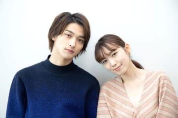 映画「いなくなれ、群青」に出演した横浜流星さん(左)と飯豊まりえさん
