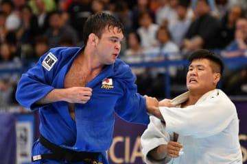 男子100キロ級準々決勝 韓国の趙グハム(右)を攻めるウルフ・アロン=8月30日、日本武道館