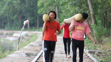 川に浮かべた竹の上に立って進む「独竹漂」の華麗な技