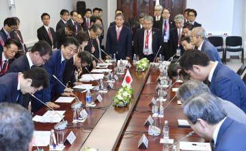 「東方経済フォーラム」に参加した日本企業関係者との懇談に臨む安倍首相=6日、ロシア・ウラジオストク(共同)