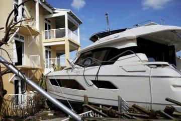 ハリケーン「ドリアン」で損壊した船とホテル=5日、バハマ北部アバコ島(ロイター=共同)