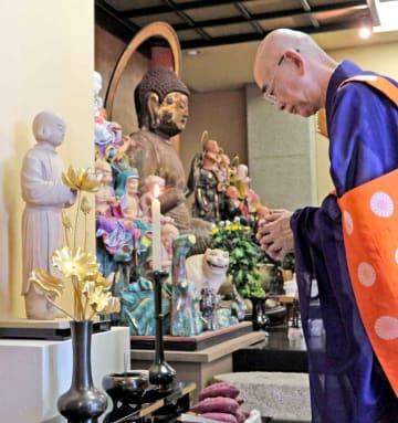 延暦寺にあったカエデの木で彫られた広野像(左)=大津市・延暦寺