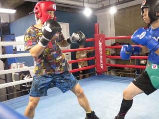 現役プロボクサー相手にボクシングの秘密特訓を行う志朗(左)