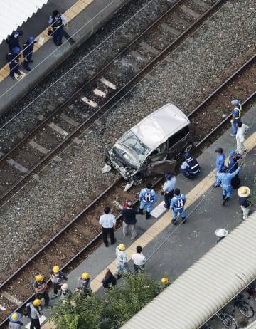 JR鹿児島線の東福間駅の構内の線路上に転落した軽乗用車=6日午後4時20分、福岡県福津市東福間(共同通信社ヘリから)