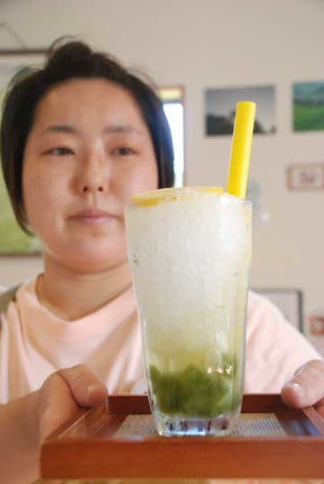 和束町特産の茶や名物の和菓子を使った新商品「チャピオカスカッシュ」(同町白栖・和束茶カフェ)