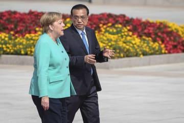 6日、北京での歓迎式典に出席するドイツのメルケル首相(左)と中国の李克強首相(AP=共同)