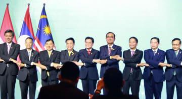 バンコクで行われたASEAN経済閣僚会議で、記念写真に納まる閣僚ら=6日(タイ政府提供・共同)