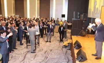 東京岡山県人会の創立70周年を乾杯で祝う出席者