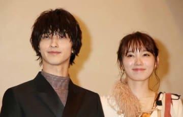 映画「いなくなれ、群青」の初日舞台あいさつに登場した横浜流星さん(左)と飯豊まりえさん