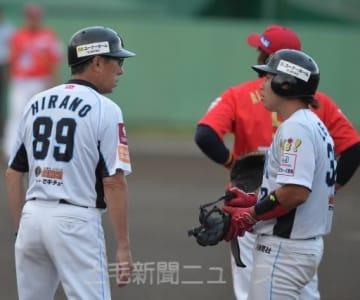 群馬―福島 3回裏群馬無死、平野監督(左)自ら一塁コーチを務め、出塁した李に指示する=グレースイン前橋市民