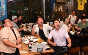 トライが決まり喜ぶファン=6日午後8時40分ごろ、高崎市の飲食店「ピッチ」