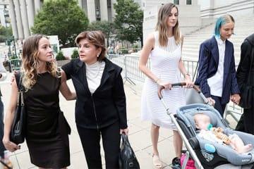 裁判所の前に集まった被害者の女性たち(写真・ロイター/アフロ)
