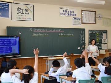 自分や友達が悩んでいるとき、どのように対処しているかを発表する生徒ら=山県市高富、高富中学校