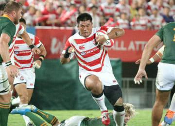 【日本―南アフリカ】前半、相手陣深くに攻め込む具=熊谷ラグビー場
