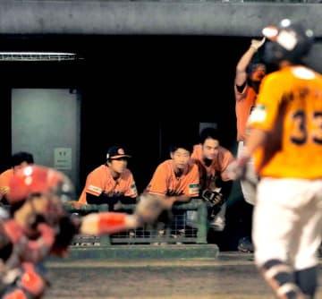 【高知―愛媛MP】9回表愛媛MP2死満塁、近藤(右)が三振に倒れ、うなだれるベンチの選手=高知球場