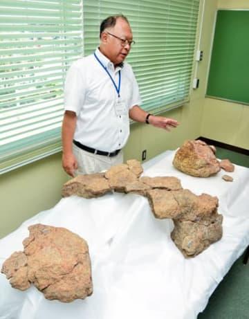 破片をつなぎ合わせて復元された「御神体」とみられる大石