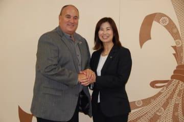 【3年ぶりの再会を互いに喜び握手を交すスタラー市長(左)と末松市長=鈴鹿市役所で】