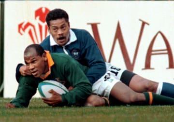 1995年6月10日、南アフリカで開催されたラグビーW杯に出場しトライを決めるチェスター・ウィリアムズ氏(下)(ロイター=共同)