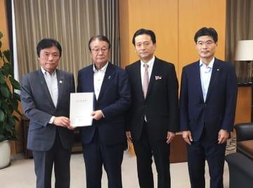 山本防災担当相(左から2人目)に緊急要望書を手渡す3県の知事ら=東京都、内閣府